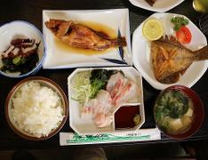 地元の人たちの馴染みの店で、神島の新鮮な魚定食をいただきます。