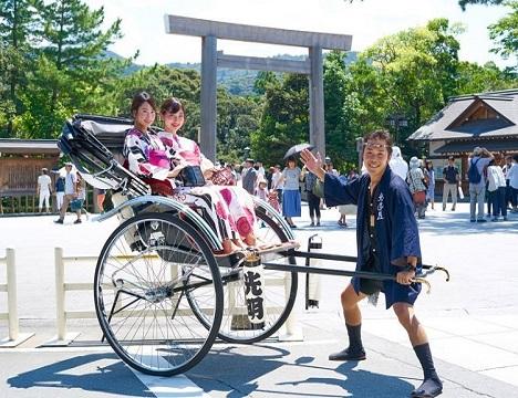 伊勢神宮までの道のり(約2キロ)で、風情あふれる人力車を体験