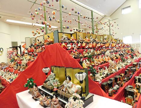 夫婦岩参道を中心に旅館・土産物店・飲食店など約90軒ほどがひな人形を飾ってお出迎えします